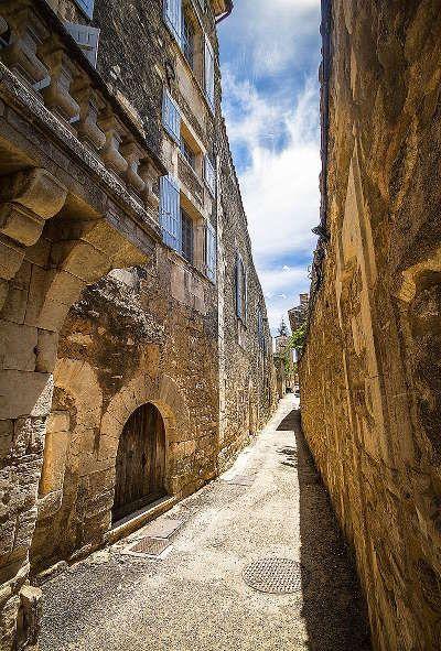Menerbes plus beau village ruelle routes touristiques du