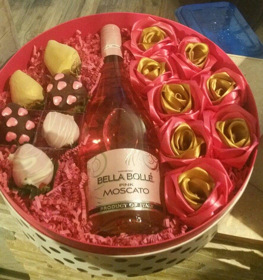 Gift Box Deco Strawberries Pink Moscato Satin Roses Pink Moscato Satin Roses Pink