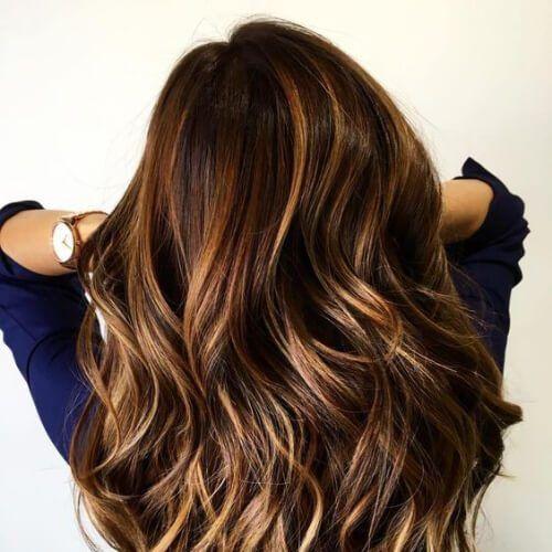 karamellbraunes Haar mit blonden Reflexen