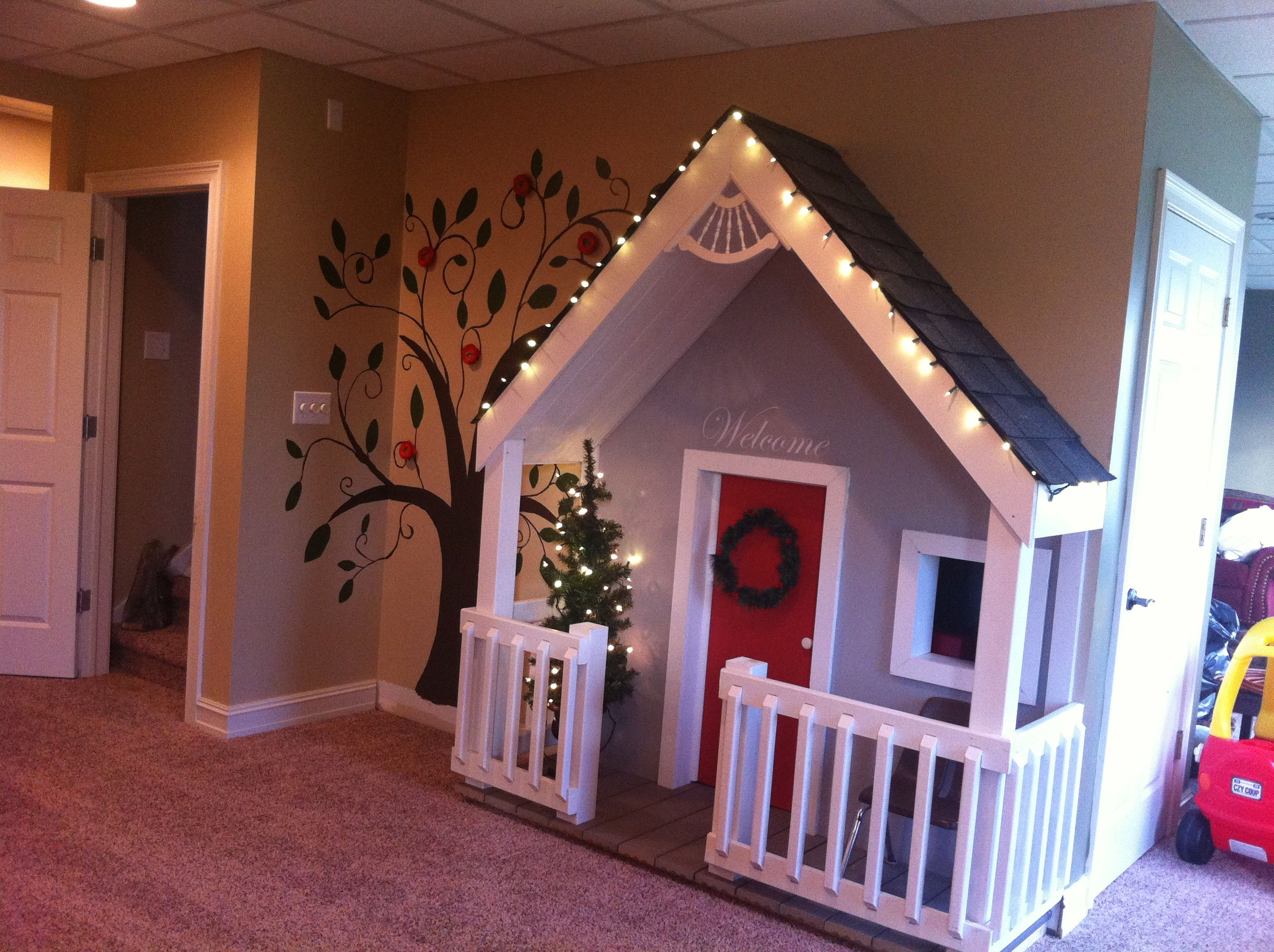Best 25 indoor playhouse ideas on pinterest indoor for Wendy house ideas inside