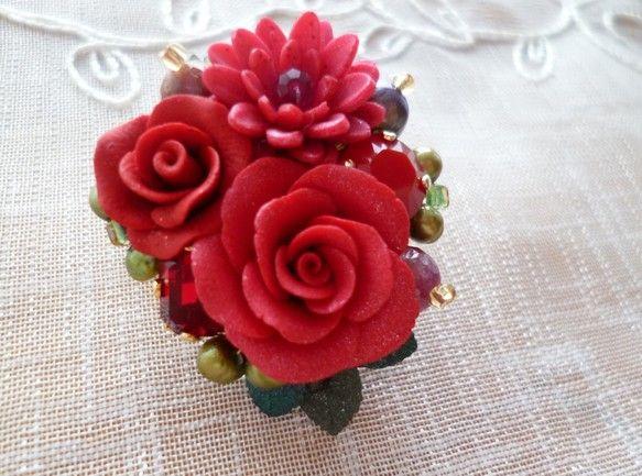 ☆赤い薔薇とダリアのブローチ サイズ:縦約4㎝、横約3.5㎝ 素材:ポリマークレイ、スワロフスキー、天然石(ルビー)淡水パール、ビーズ各種|ハンドメイド、手作り、手仕事品の通販・販売・購入ならCreema。