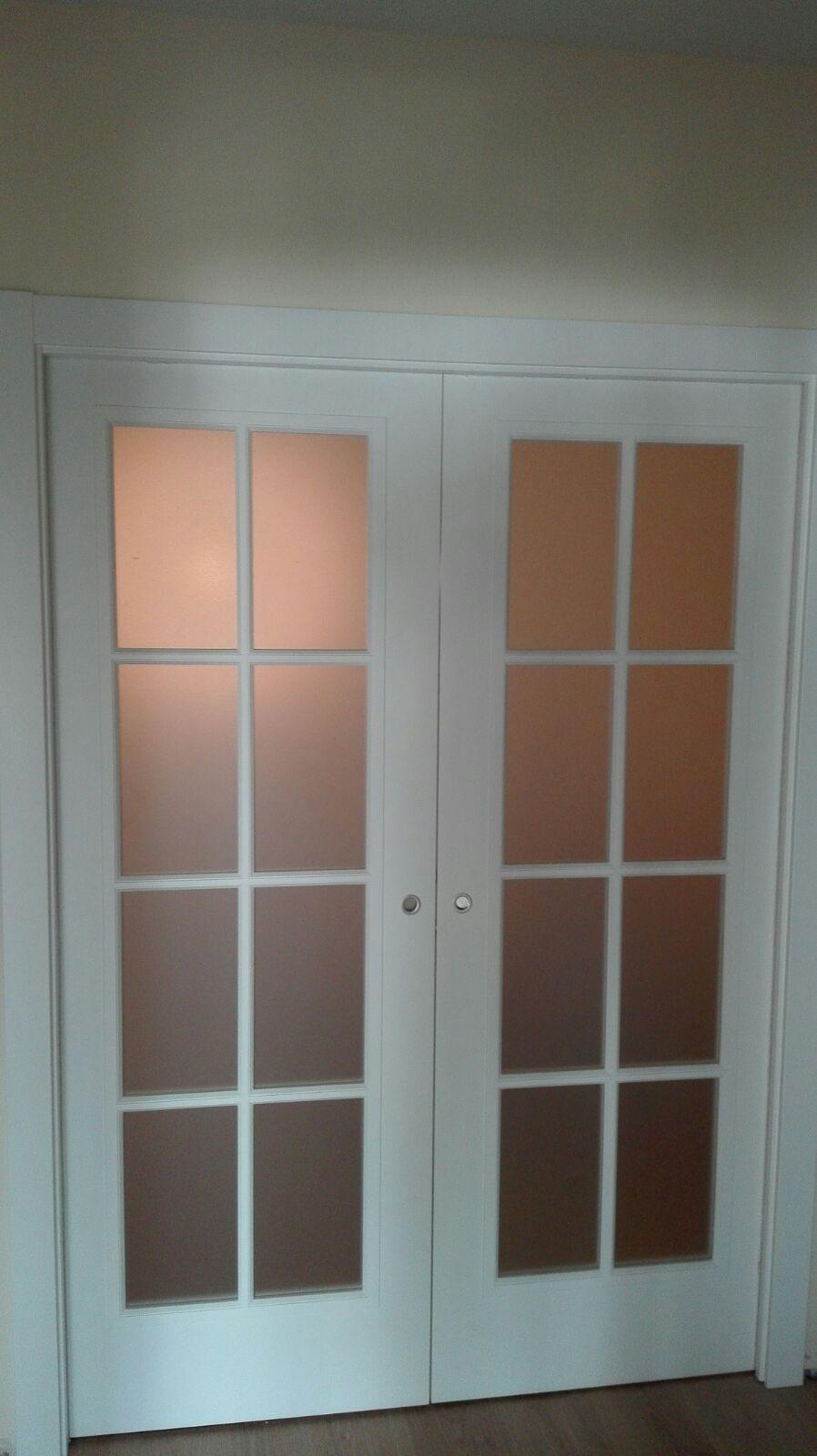 Puerta corredera doble lacada en blanco modelo fontana for Puertas correderas de cristal