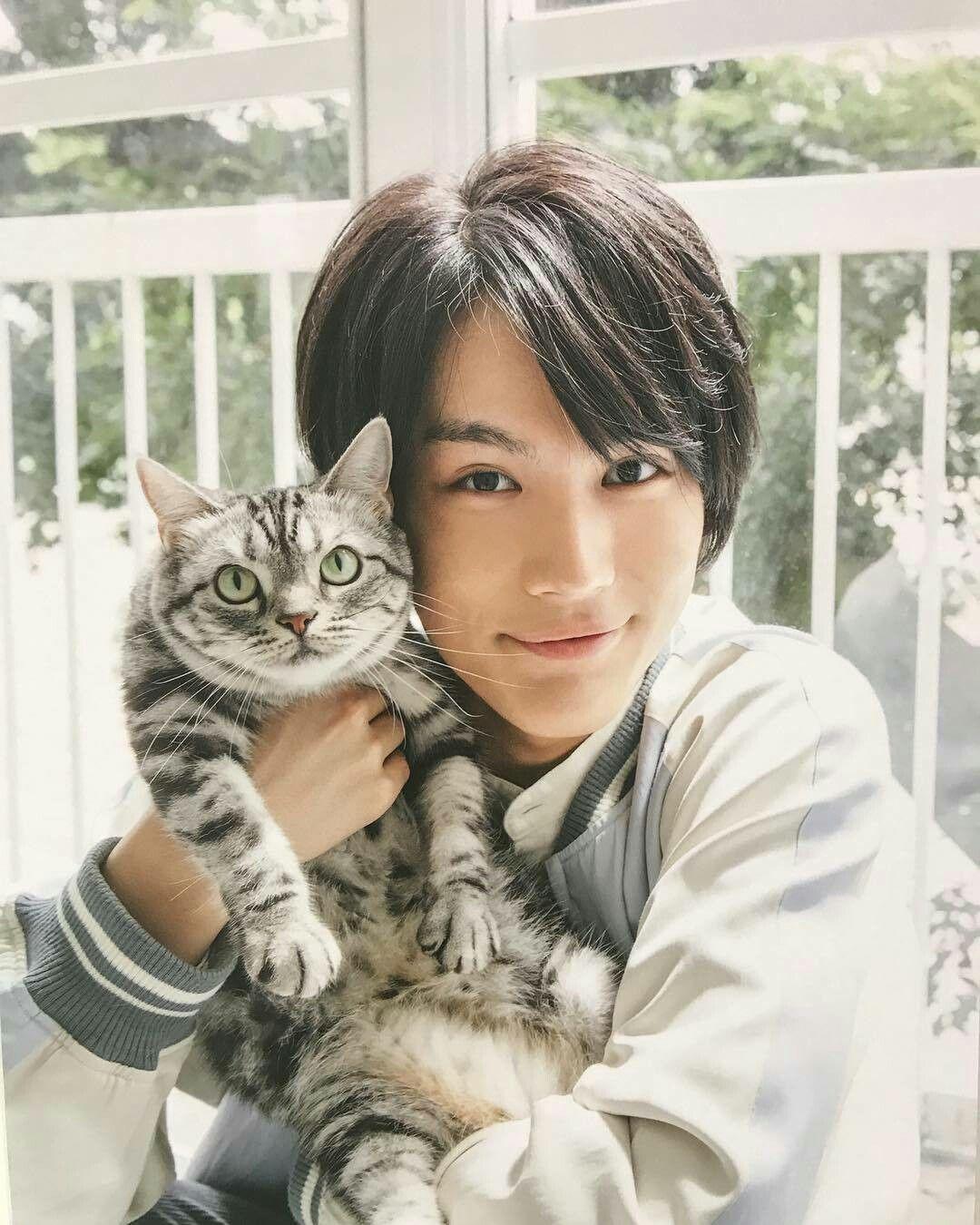 猫と戯れる中川大志
