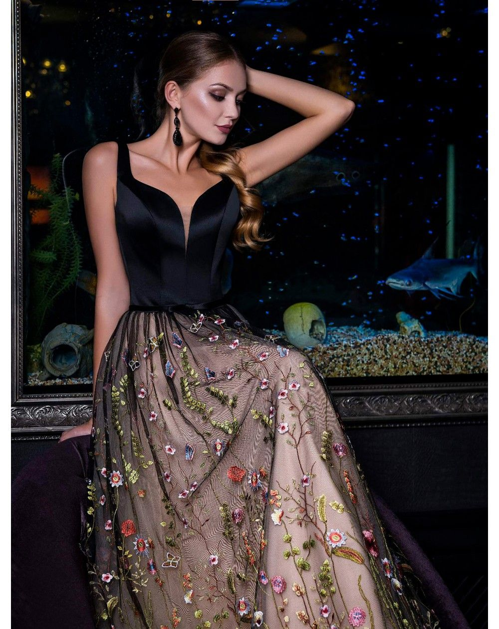 7c9d7a1f8778 Dlhé spoločenské šaty s kvetovanou vyšívanou sukňou. Nádherné luxusné šaty
