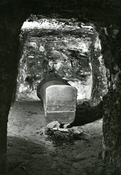 Merytamun's burial in her tomb (TT 65, M10C 107). Photograph by Harry Burton, 1929. Archives of the Egyptian Expedition, Department of Egyptian Art.