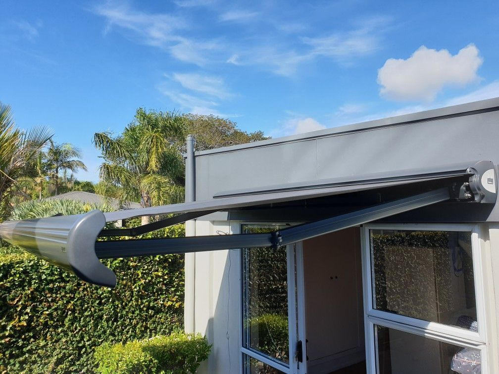 Mean Looking Fetuba Cassette Awning Installed In Point Chev This Week Charcoal Components Docril Acrylic Canvas And Alpha Automation In 2019 Modern Blinds Outdoor Living Covered Decks