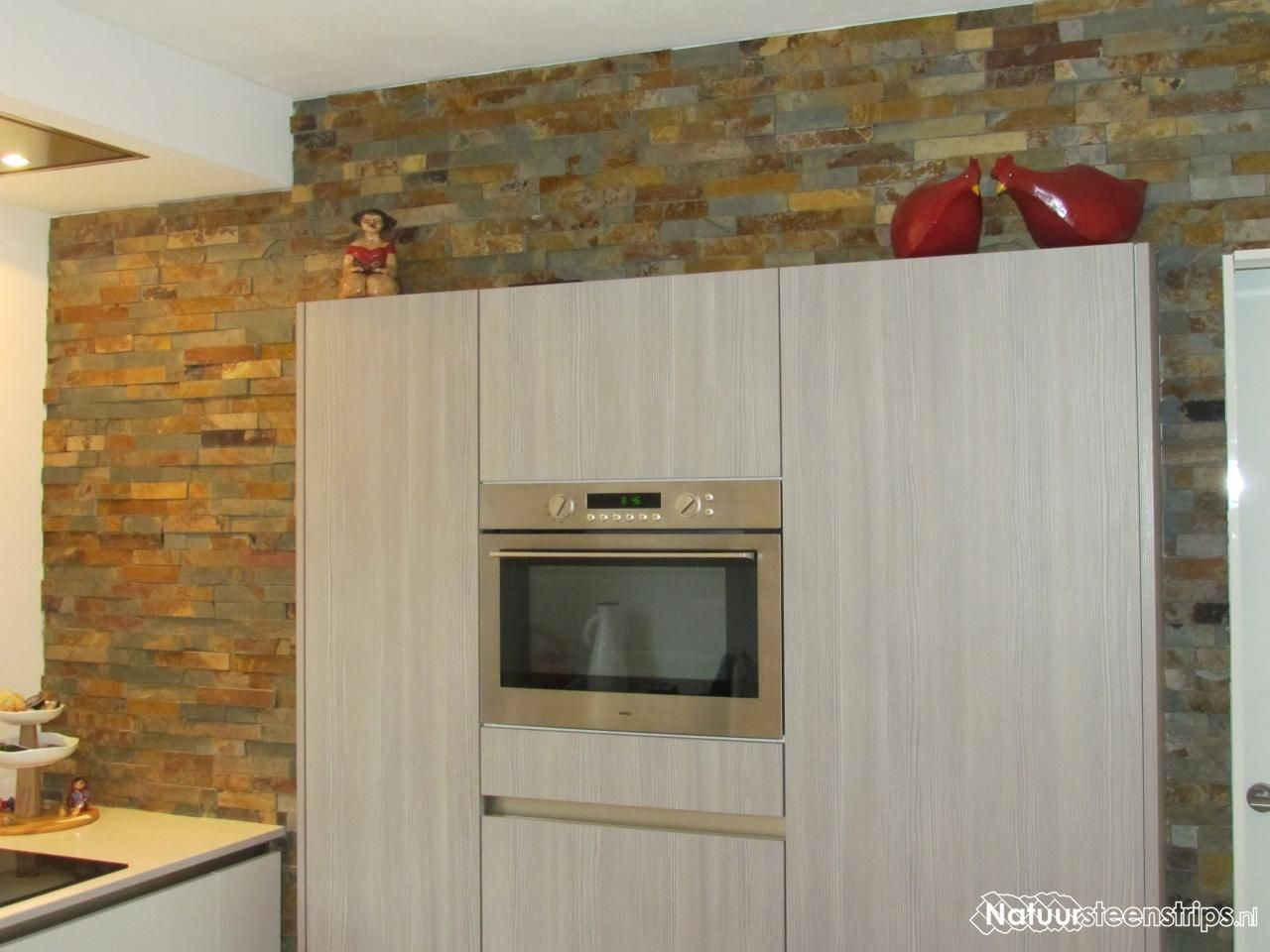 Keukenwand bekleed met Natuursteenstrips Lei Roestblauw.
