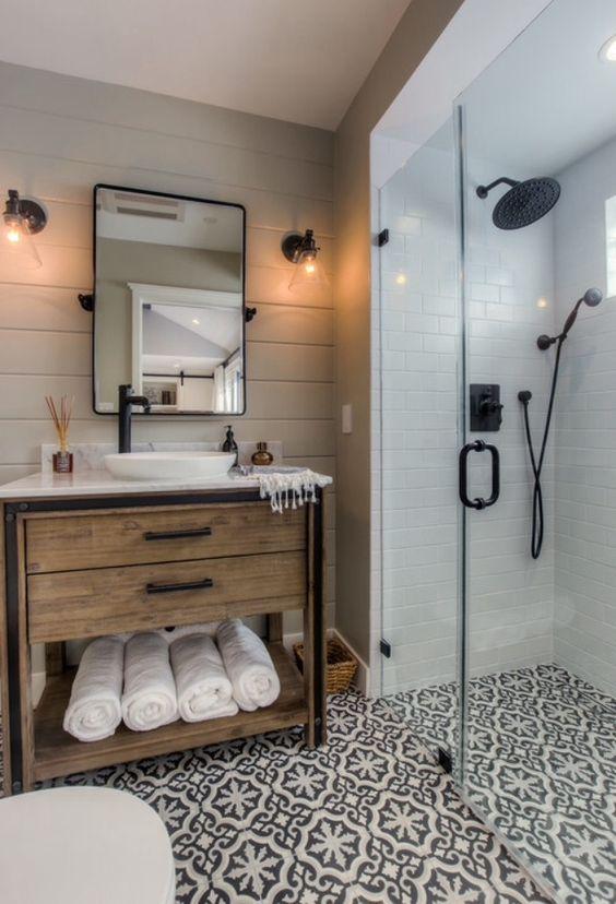 Une douche à l\'italienne avec un carrelage noir et blanc ...
