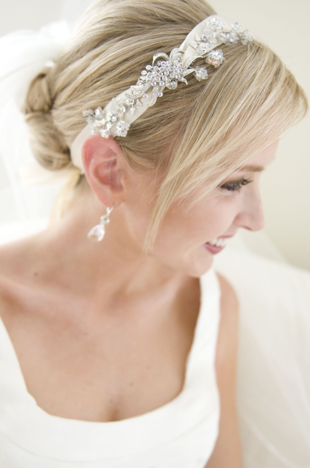 acconciatura #sposa raccolto morbido, con #cerchietto bianco. scopri