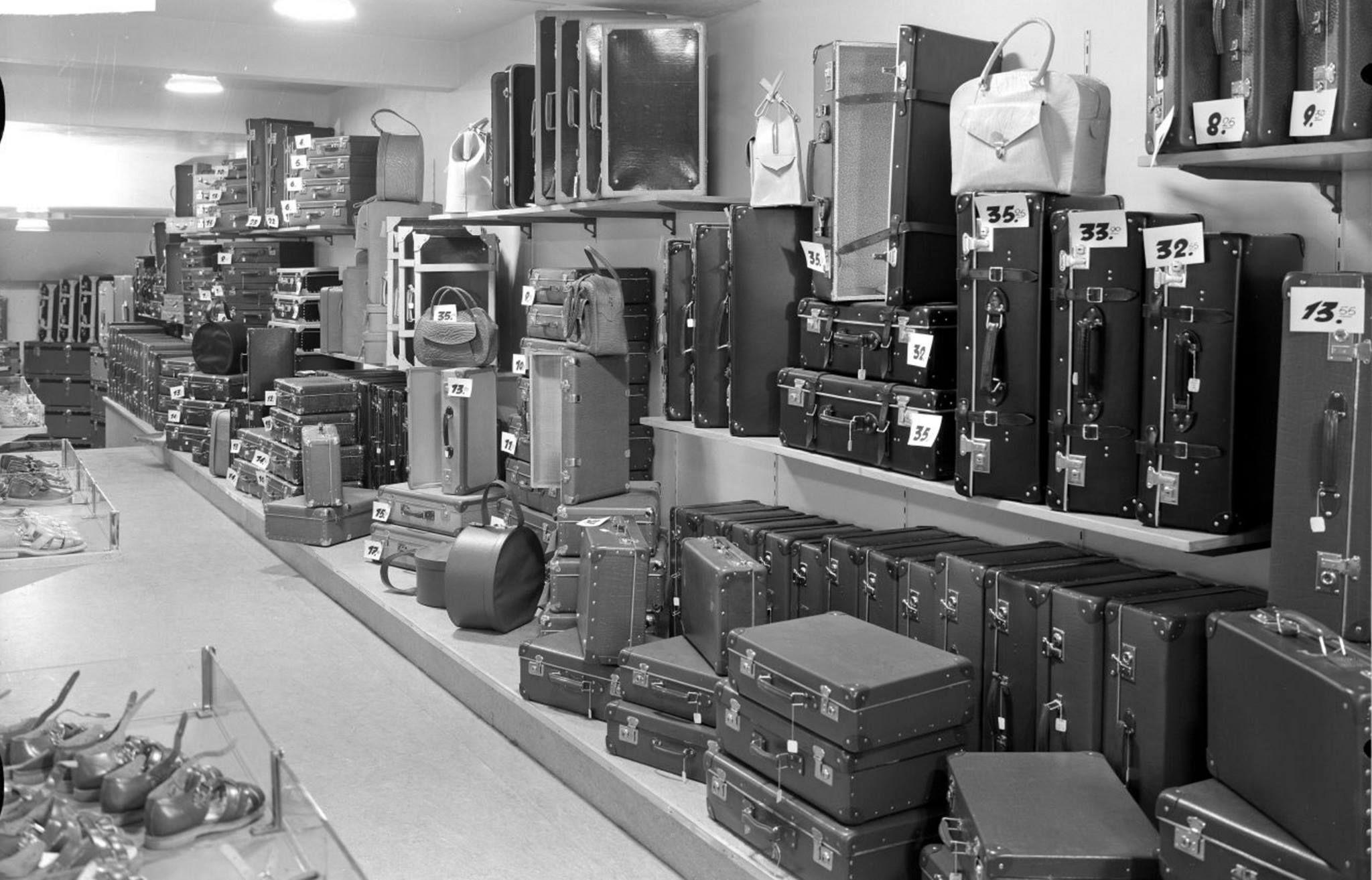 Tassen Leiden : Gezicht op de afdeling tassen en koffers van warenhuis
