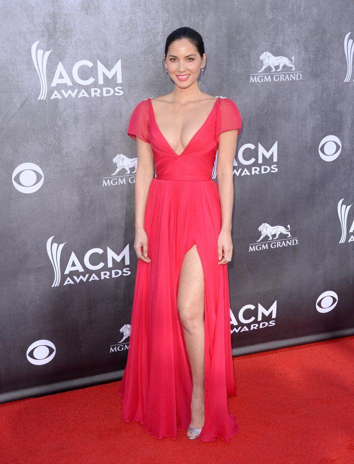 Pin for Later: Wer trug das heißeste Kleid bei den ACM Awards? Olivia Munn Die Schauspielerin zeigte in ihrem leuchtenden Kleid mit Schlitz viel Bein.