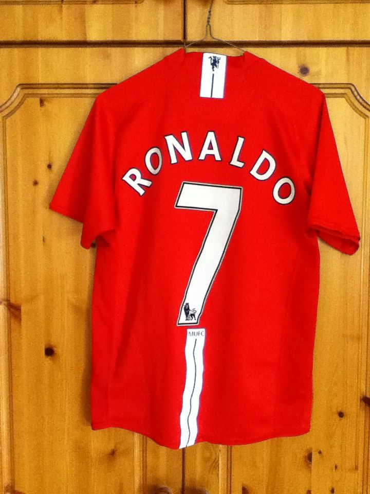 bcaf757249a Manchester United Football Club Home Jersey 2007-2009 with Cristiano Ronaldo  7 on the back. The jersey Small Adult in size and is made by Nike.