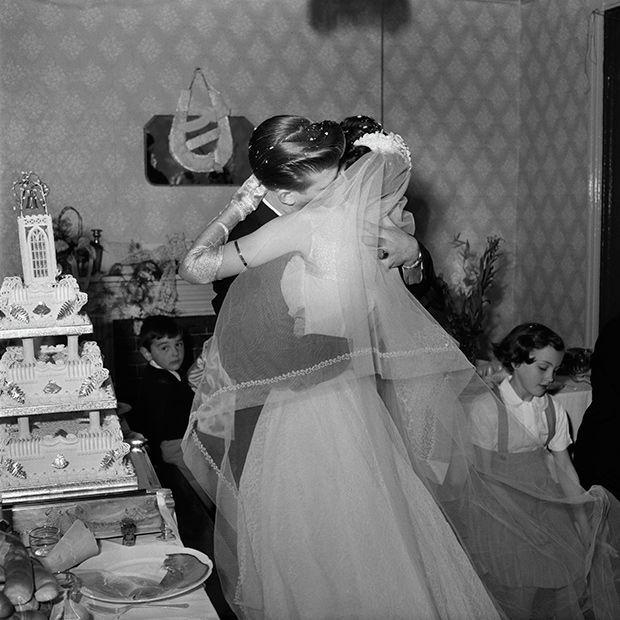 Az újrakezdés csókja: esküvői fotók a II. világháború után  http://www.nlcafe.hu/foto/20150303/eskuvo-foto-csok/