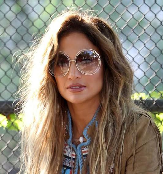 a989f8e22ebe8 Jennifer Lopez rendeu-se ao modelo de óculos de sol Carlina da marca Chloé.  Tendências Moda Outono Inverno. Acessórios. Anos 70. Nova Yorque.  Streetstyle.