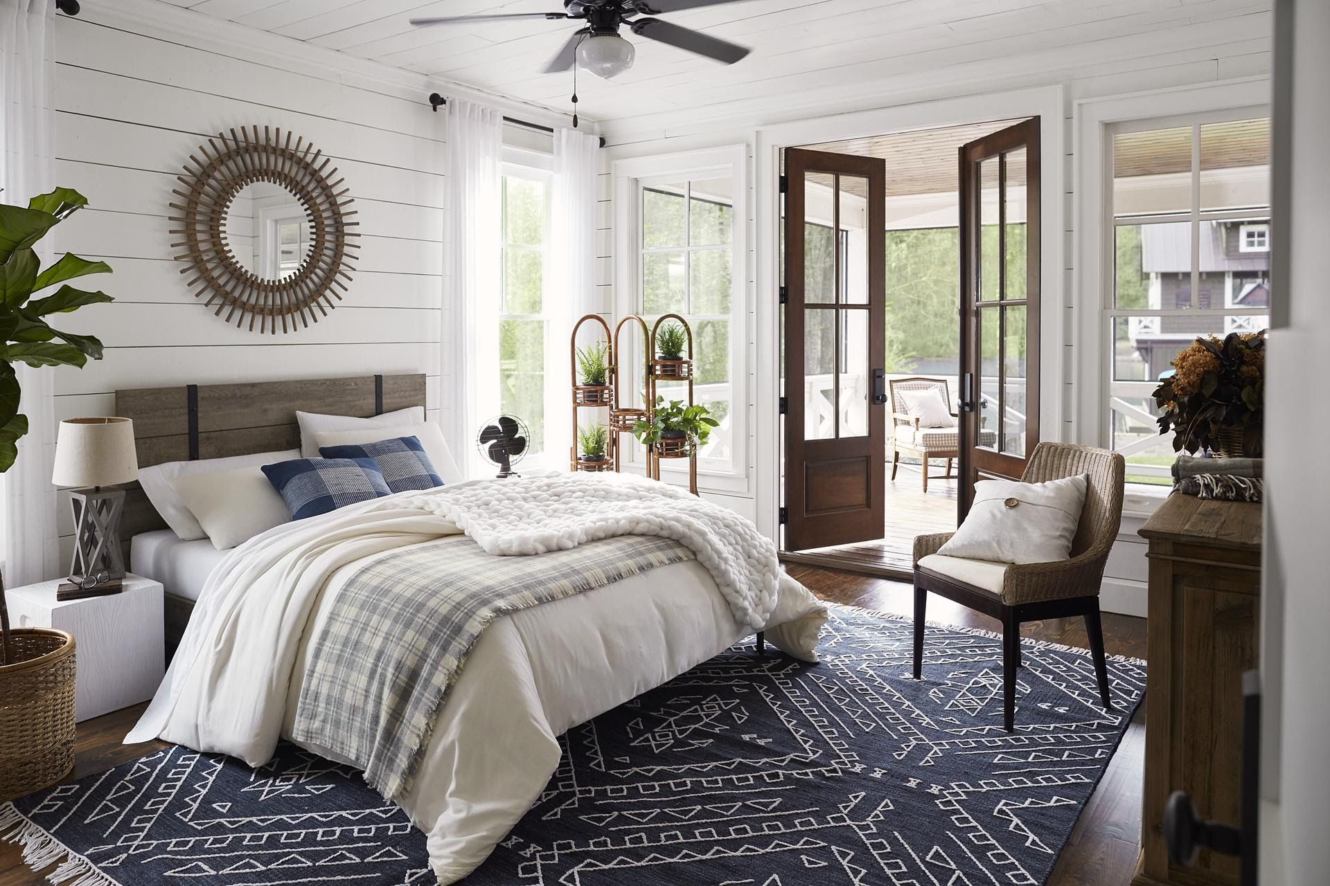 Lake House Bedroom Paint Color Ideas, Furniture & Decor Ideas #masterbedroompaintcolors