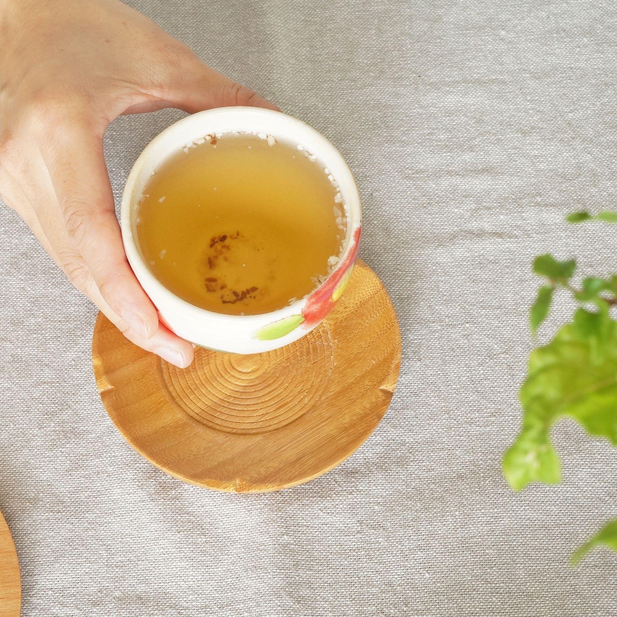 今日のお茶は しいたけ茶 知る人ぞ知る コレステロール値が気になる方にオススメのお茶です 名前に 茶 と付いているので 緑茶などのようなお茶をイメージしてしまうかもしれませんが お茶というよりは出汁です グルタミン酸が豊富なだけあって 旨み濃厚