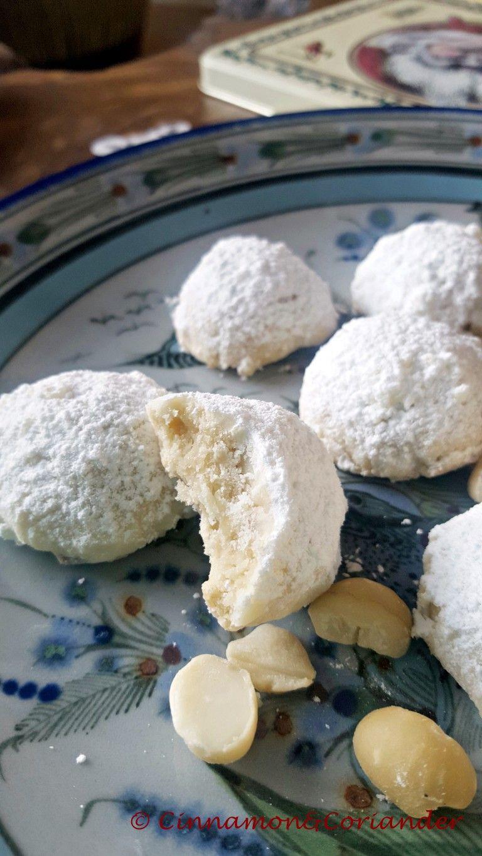 Schneeball Kekse mit weißer Schokolade und Macadamias