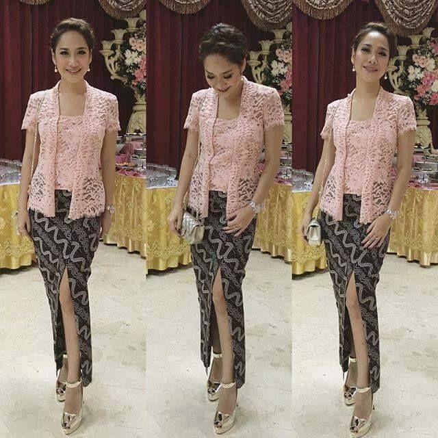 Model Kebaya Pink Bunga Citra Lestari Dengan Bawahan Batik Anggun