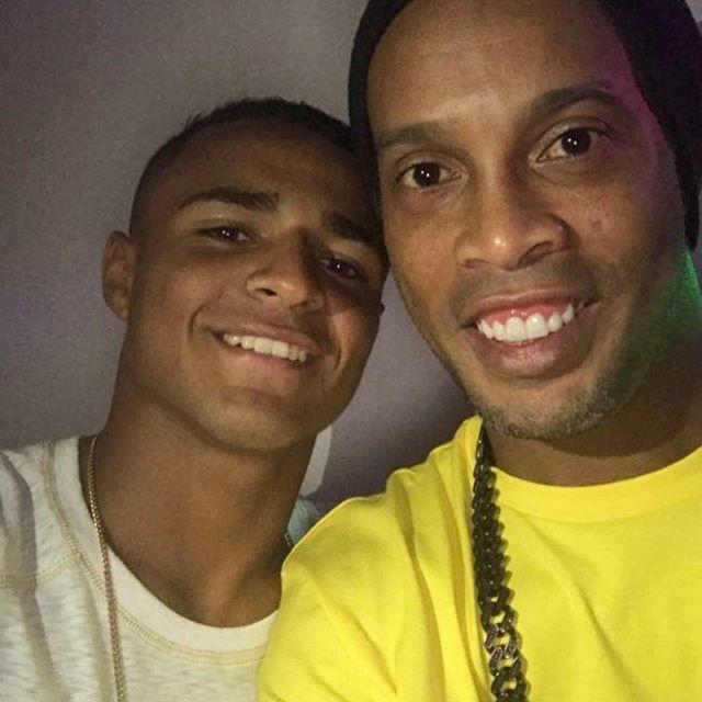 Ronaldo de Assis Moreira @ronaldinhooficial: Felipinho  joga muito ! família nota 1000 Humildade não sai de moda