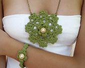 Artículos similares a collar verde largo,  pulsera verde, colgante crochet lace, pulsera crochet, collar medallón en Etsy