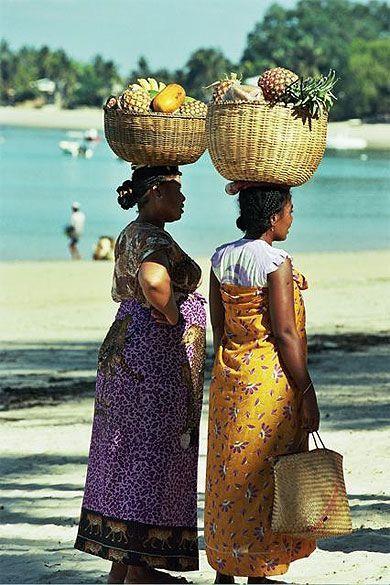 Marchandes de fruit à Ambatoloaka par Frédéric Bastat - Madagascar