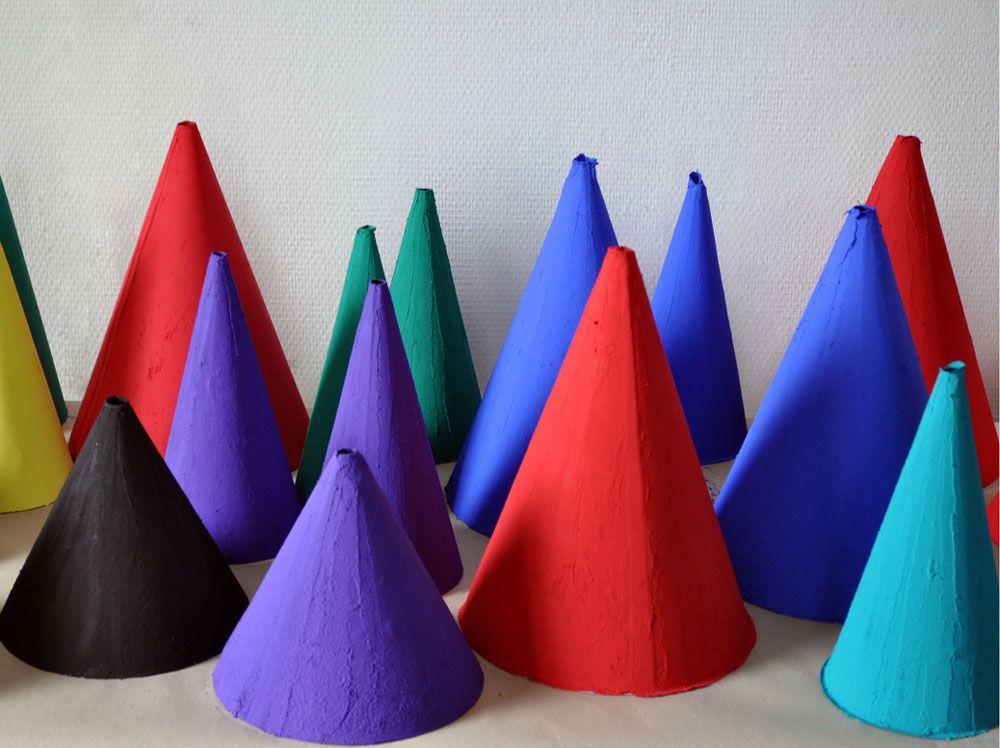Les designers Manon Leblanc et Romain Diroux fabriquent leur propre matériau et signent la lampe Pigment.