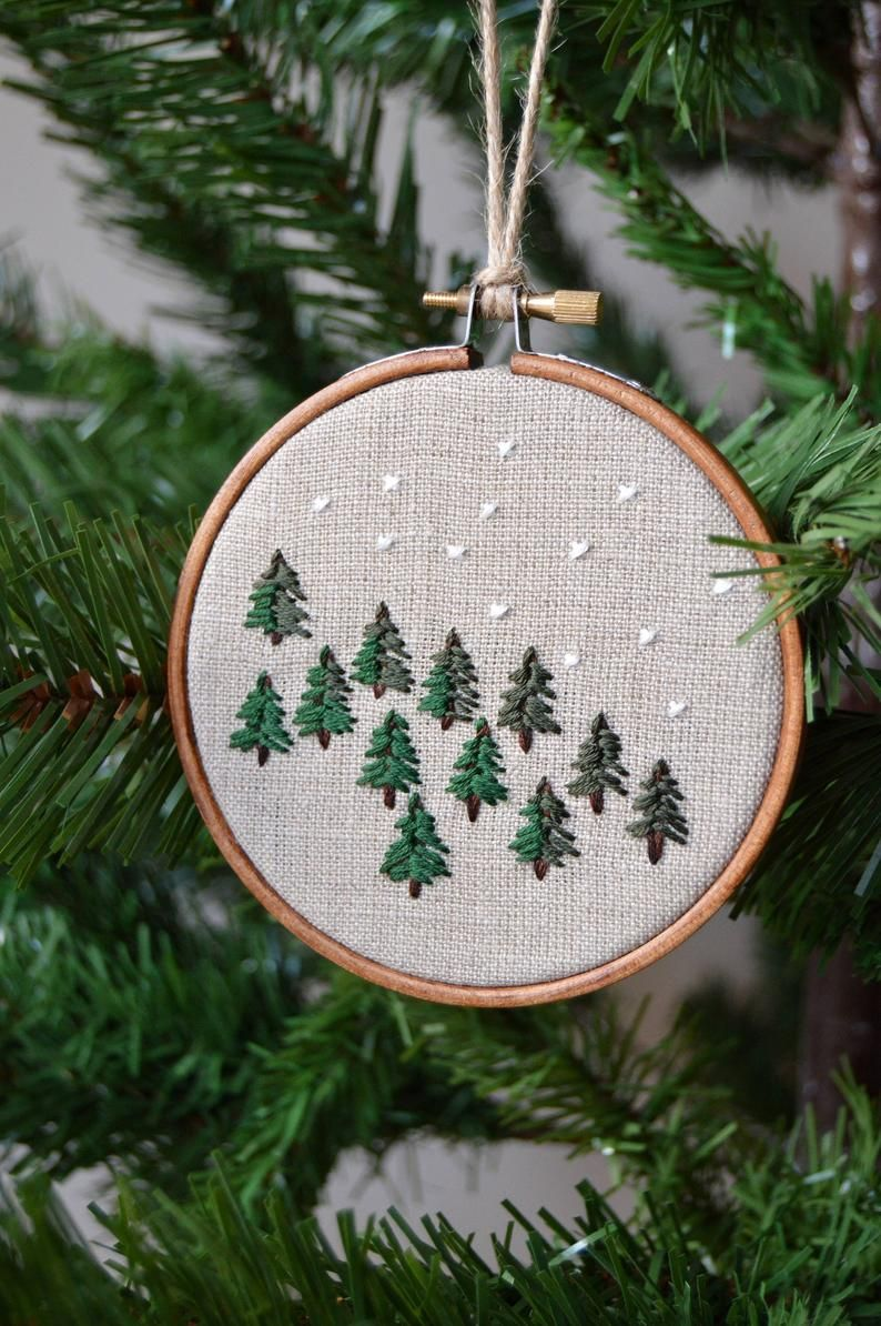 Foresta Di Inverno Pine Tree Ricamo Decorazione Etsy In 2020 Holiday Embroidery Embroidery Art Embroidery Hoop Art