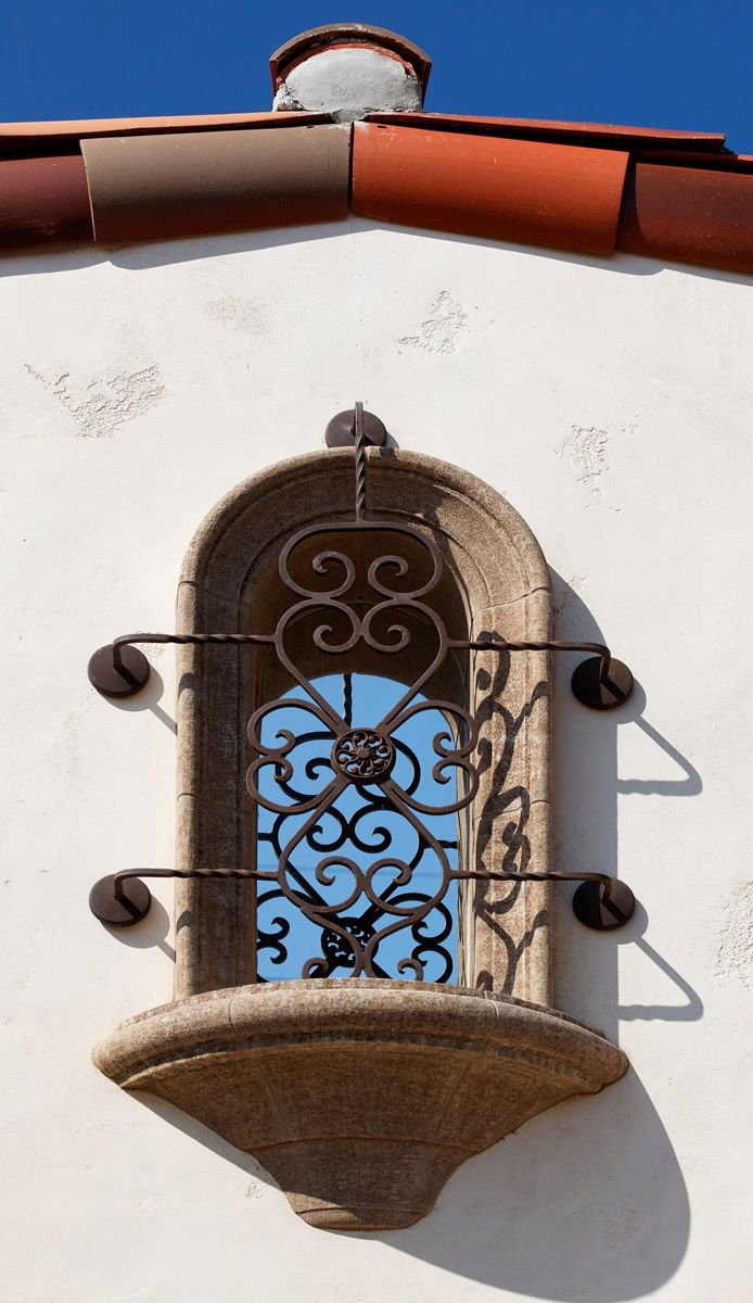 Decorative ironwork featured in this spanish window grate grille pour fenetre porte fenetre for Fenetre en espagnol