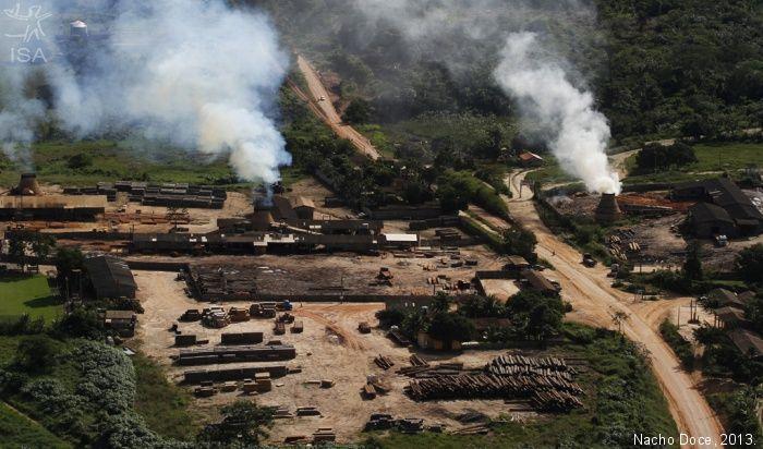 Madeireira no município de Uruará, onde se situam muitas das madeireiras que recebem madeira ilegalmente extraída da Terra do Meio   Localizada na Bacia do Rio Xingu, no sudoeste do Pará, entre os rios Xingu e Iriri, a Terra do Meio configura um corredor de oito milhões de hectares de áreas protegidas no coração da Amazônia, entre Terras Indígenas e Unidades de Conservação.