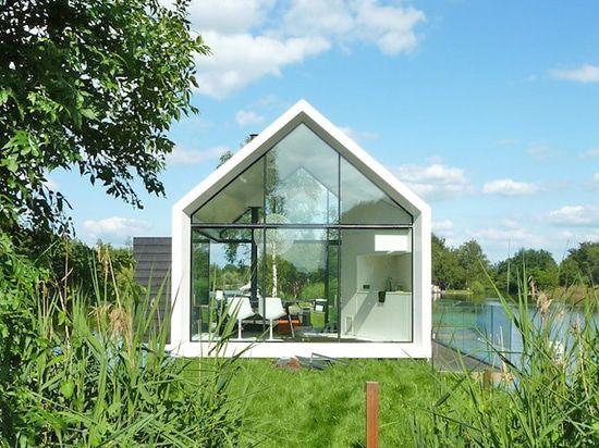 La cabina minúscula del vidrio y de la madera dobla listo abierto para mezclar adentro con el paisaje holandés