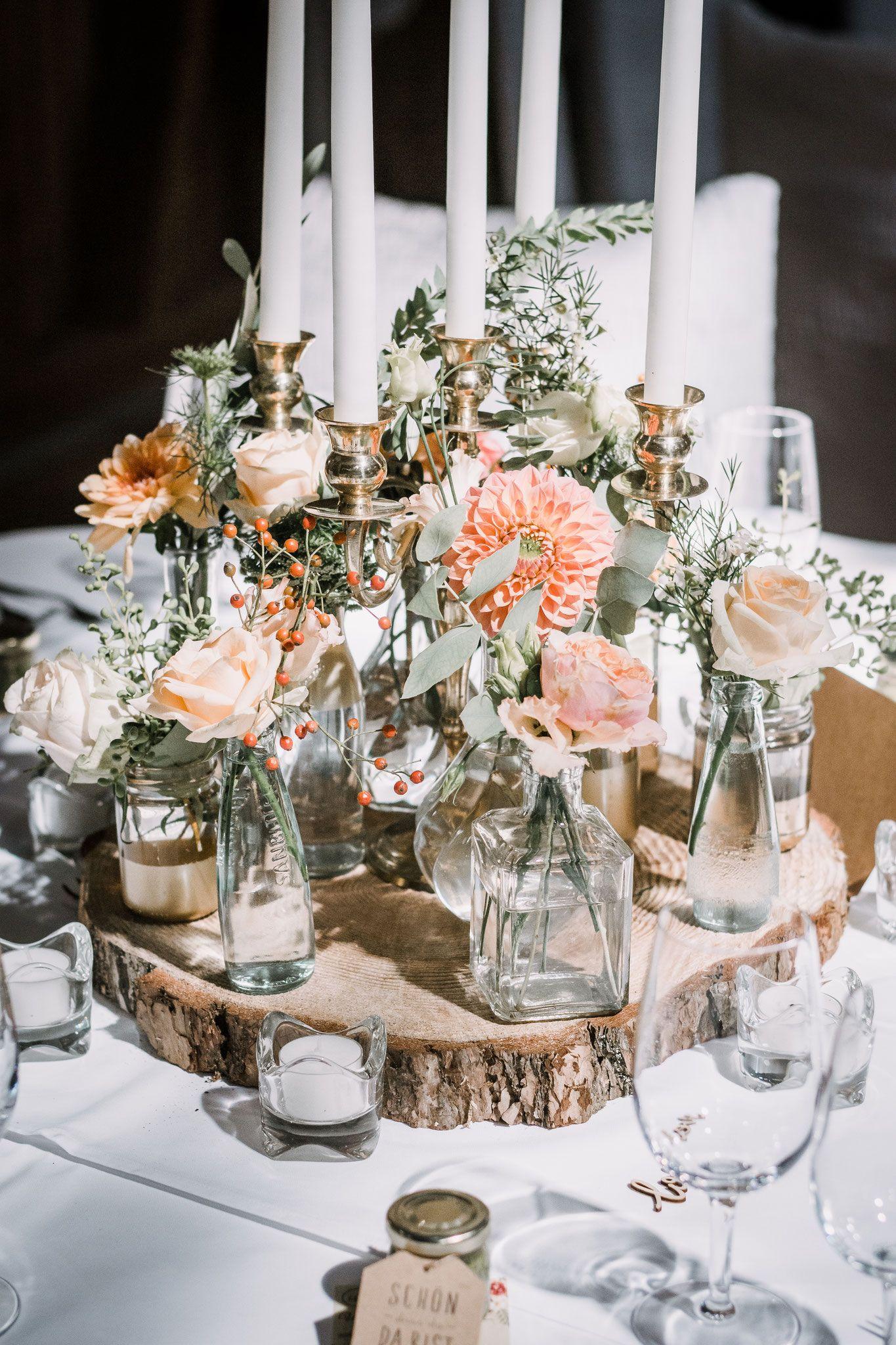 Haga decoraciones de bodas usted mismo con botellas de vidrio viejas