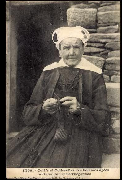 Postcard St Thegonnec Bretagne, Frau in Tracht strickt
