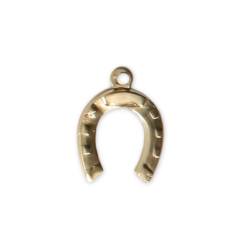 #Breloque #fine #estampée #Fer à #cheval 12x9 mm en #Gold #filled 14 #carats - #Perles & Co Servez-vous de cet #apprêt pour réaliser des #bijoux #fantaisie #faits-main. Voici quelques #idées #créatives #faciles à faire #soi-même : 1. Une jolie #chaîne pour bijoux #dorée, et hop le tour est joué.  2. Faites un #bracelet avec un #noeud #coulissant #simple.