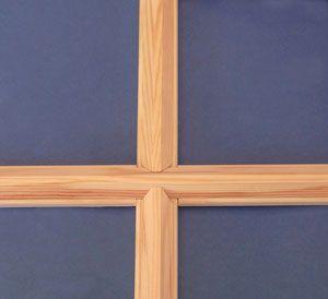 Fönsterspröjs. Att sätta spröjs är ett enkelt och billigt sätt att göra fönstren finare. Och om man själv gör dem kan man få det precis som man önskar.