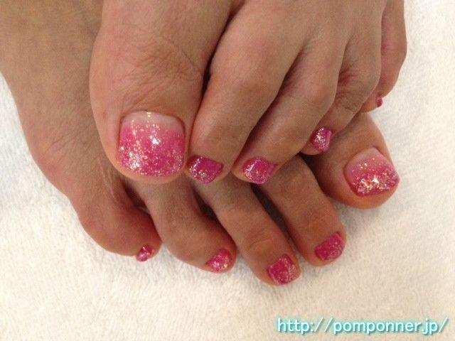 シンプルだけど濃いめのピンクが目を引くフットネイル Simple but foot nail pink rather deep eye catching