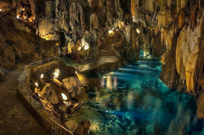 En El Interior De La Gruta De Las Maravillas Gruta De Las Maravillas Cueva De Las Maravillas Cuevas De Cristal