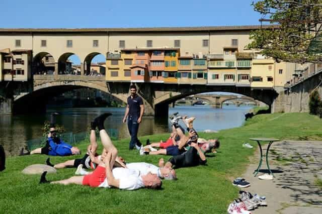 #Saturday in #Florence...   #Sabato a #Firenze. ..  #apartmentsflorence #apartment #streetphotography #livingflorence #pontevecchio #angolidelbello #settimanadelbello