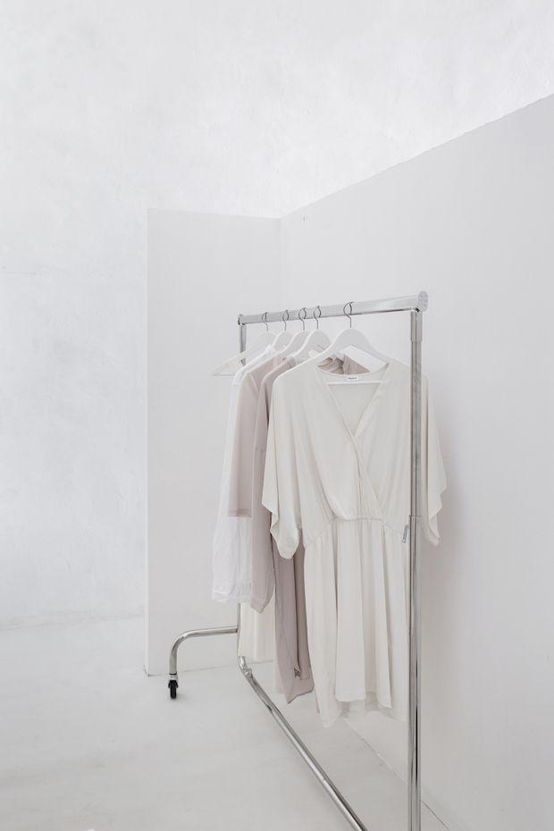 Einfache Kleiderstange mit monochromer Garderobe. Klar und designed, dabei natürlich und entspannt.