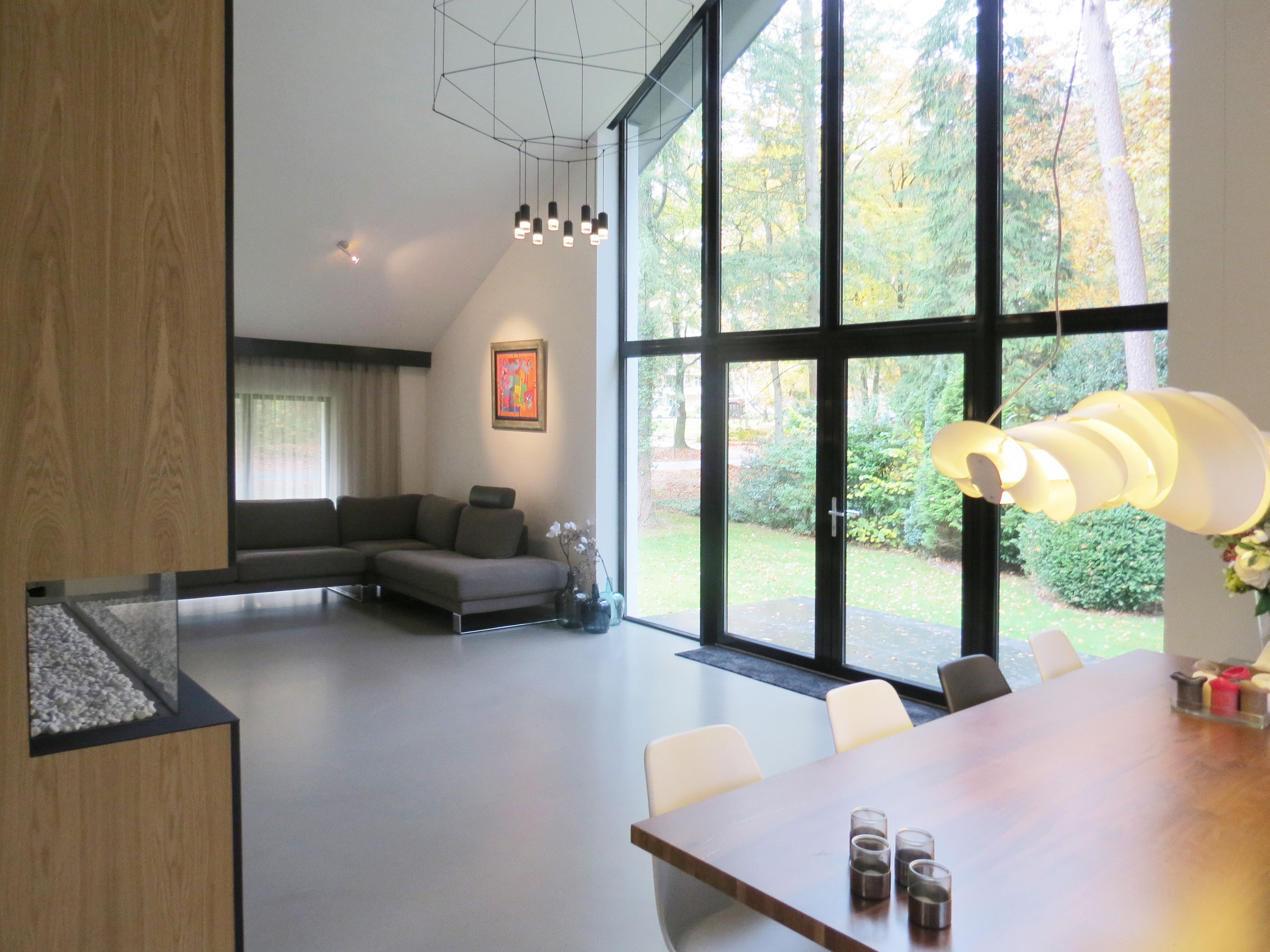 House: aluminum frame wooden wall white stucco. woning: aluminium