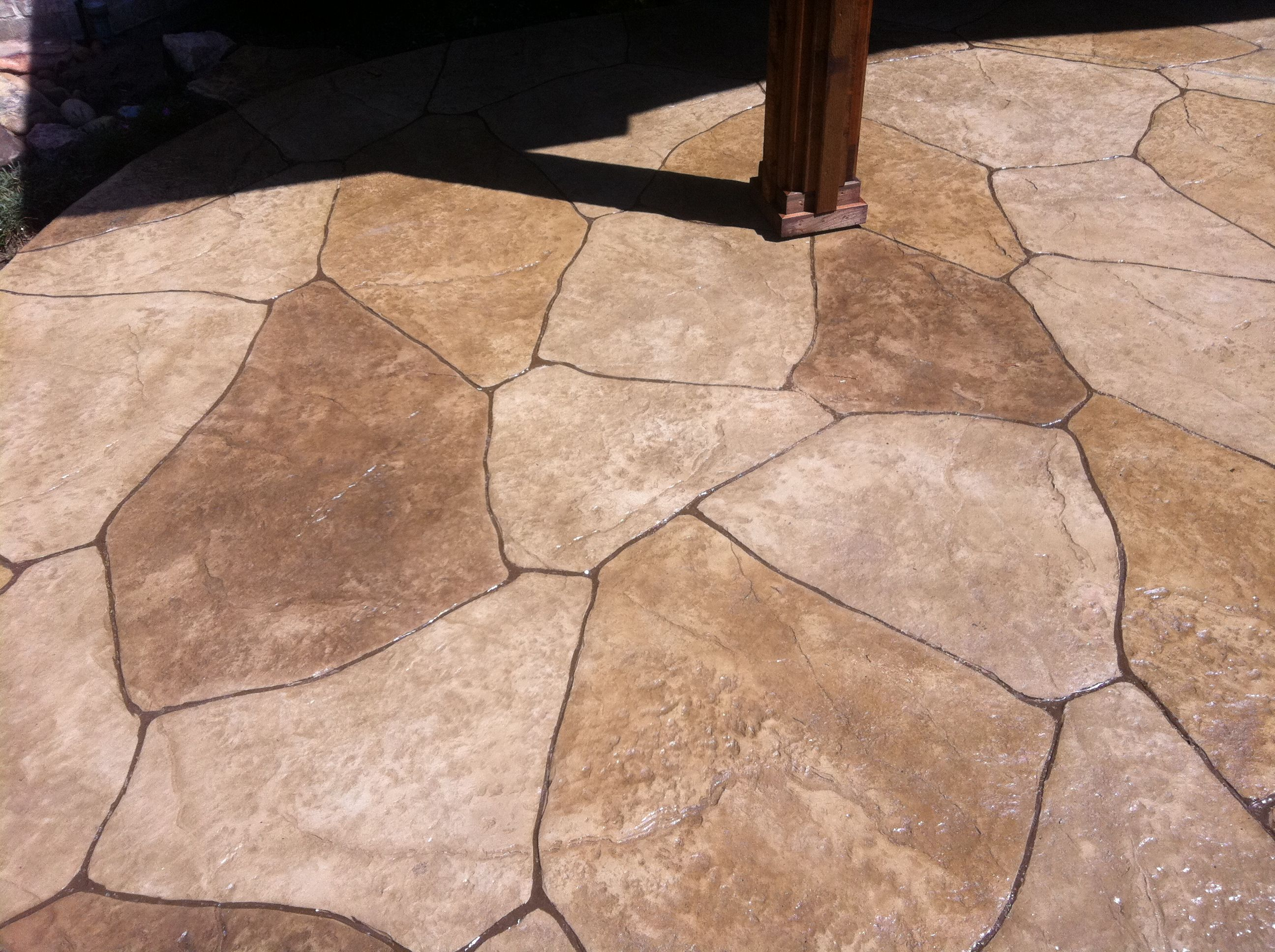 Up close pic of stamped concrete.looks like flagstone but that's a solid  slab!