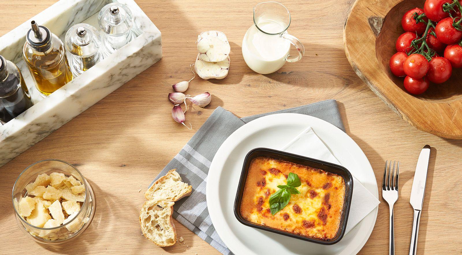 LASAGNE AL FORNO | Hausgemachte Lasagne mit würziger Rinderragoutfüllung, frischem Basilikum, cremiger Béchamelsauce, aromatischem Grana Padano D.O.P. und knuspriger Mozzarellakruste.
