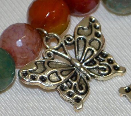 Дамска уникална гривна с камъни - Ахат и три красиви пеперуди.От дълбока древност Ахата е високо ценен като талисман и като амулет