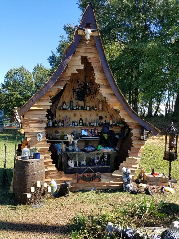 My witch house made from corn crates and plywood! decoración