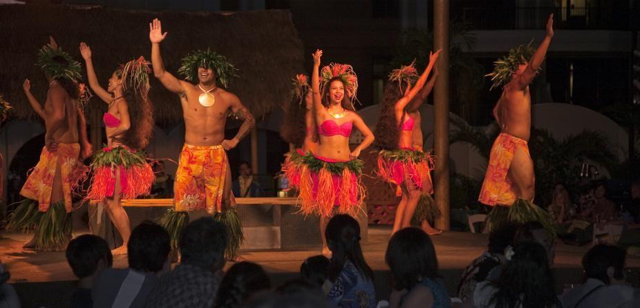 Hilton Hawaiian Village Boasts Only Outdoor Luau In Waikiki Club Traveler Hawaiian Travel Hilton Hawaiian Village Luau Waikiki