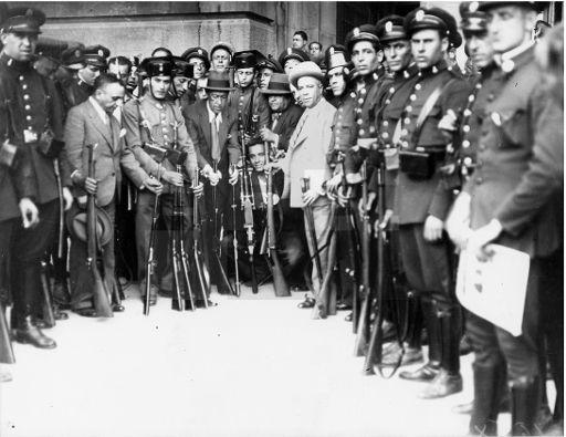 ESPAÑA GOLPE DE ESTADO DE SANJURJO. MADRID, 10/08/1932.- Fuerzas de la Guardia de Asalto y Guardia Civil que se batieron contra los militares golpistas sublevados el 10 de agosto de 1932, enseñan las armas capturadas a los sediciosos tras aplastar la rebelión, en compañía del señor Albares, jefe de la Brigada de Investigación Criminal de la policía.EFE/Díaz Casariego/jgb