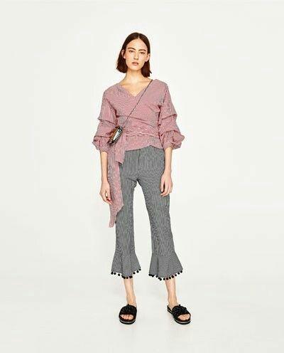 Pantalon vichy con pompones, blusa con volantes