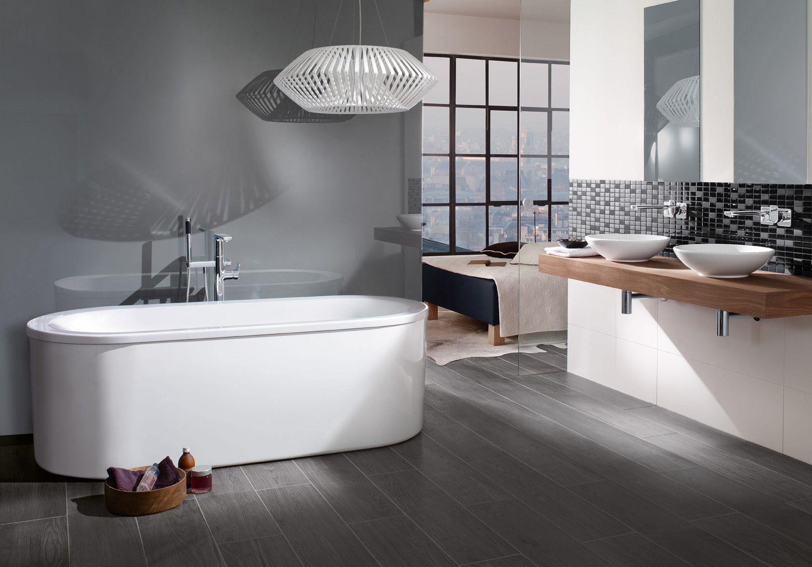Moderne badkamer met ligbad en dubbele wastafel moderne badkamers pinterest moderne - Spiegel wc ontwerp ...