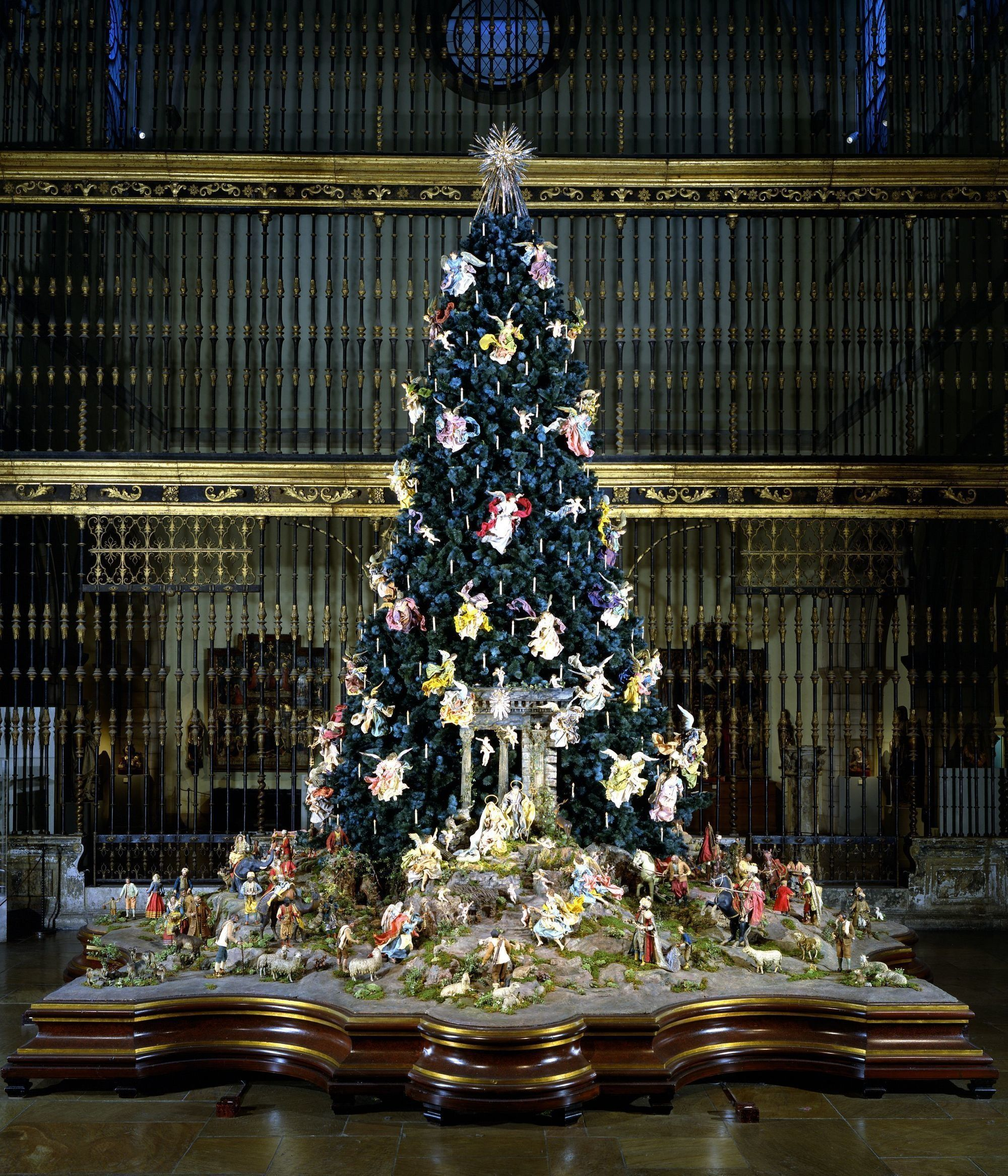 16 Of The Most Amazing Christmas Trees From Around The World Amazing Christmas Trees Christmas Tree New York Christmas
