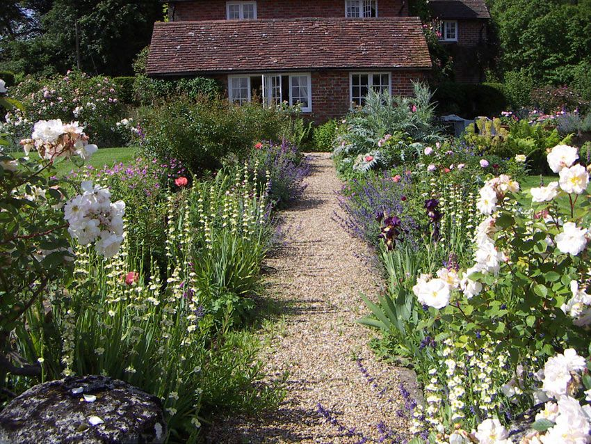 Country cottage garden beautiful traditional english for Country garden designs landscaping