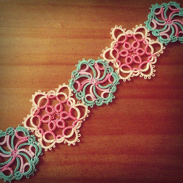 "38 Likes, 1 Comments - Love...Life....and Lace. (@jiny.l_lace) on Instagram: ""#tattinglace #tatting #태팅 #태팅레이스 #스카프 #바늘이야기 #위드 님 도안 연습! 소용돌이랑 꽃이 묘하게 어울려~이뽀이뽀~~"""
